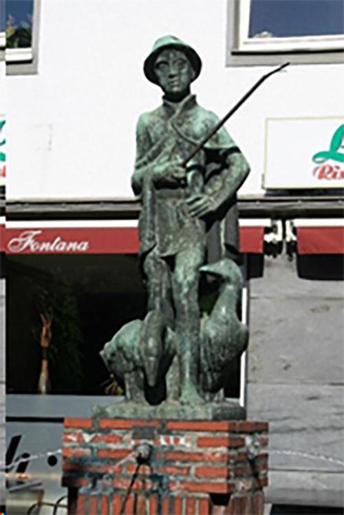 Die Skulptur Gänsehirt in Schiefbahn
