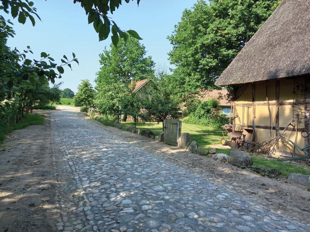 Plasterstraße im Bäuerlichen Hauswesen